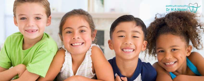 چند کودک با لبخند و ارتودنسی پیشگیری در کودکان